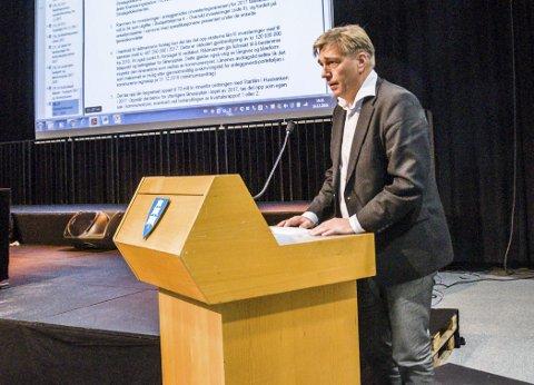 Tror på bedre Larvik-økonomi: Espen Hetty Carlsen (Ap) på talerstolen under budsjettbehandlingen i kommunestyret onsdag.Foto: Lasse Nordheim