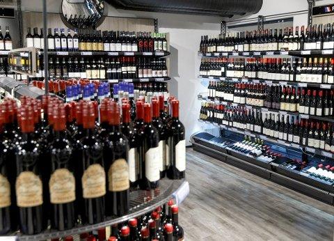ENORM VEKST: Vinmonopolene i Larvik solgte 56% mer alkohol i 2020 sammenliknet med 2019. Det var nest mest av kommunene i Vestfold.