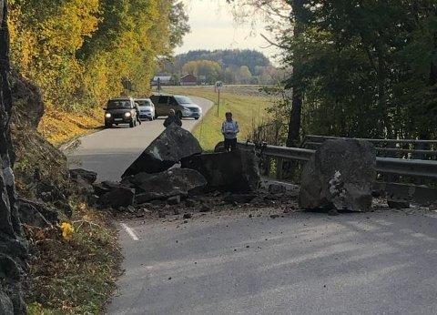 RASTE UT: De svære steinene har blokkert den smale veien siden mandag ettermiddag.
