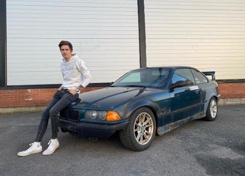 OPPGITT: Sivert Holmvik (21) har flere biler, men mangler skilter på noen.