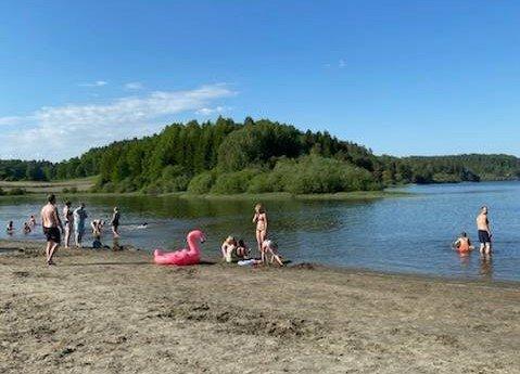 DEILIG VANN: – Dagen i dag har vært helt utrolig, med flott vær og masse folk, sier campingplass-sjef Rolf Isaksen til ØP fredag ettermiddag.