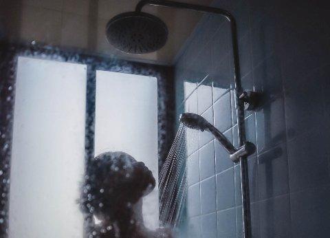 En ansatt i Bodø kommune ønsket ikke å vaske en tenåringsjente som var bruker ved institusjonen han jobbet ved alene. I etterkant fikk mannen skriftlig advarsel fordi han hadde tatt det opp på et fellesmøte. Illustrasjonsfoto: Hannah Xu/Unsplash