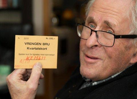 Bro eller Bru? Lokalhistoriker Bjørn Holt Jacobsen med klippekort hvor navnet på broen er skrevet feil.