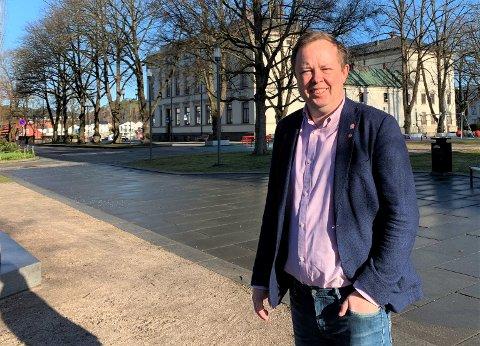 Ordfører Robin Kåss har ingen tro på at skoler og barnehager gjenåpner allerede tirsdag over påske. - Vi trenger litt mer tid til planlegging, sier Kåss.