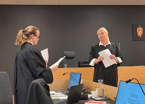 AKTOR OG FORSVARER: Aktor, politiadvokat Rebecca Slettebø og porsgrunnskvinnens forsvarer, advokat Monica Tveit Tjentland, i en pause for sluttprosedyrene i Nedre Telemark tingrett fredag.