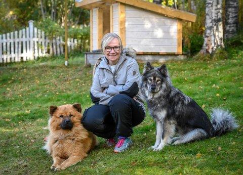 Trude Svarttjønneng med hundene sine Benji og Chila. Benji har hatt hundesykdommen som har tatt livet av over 40 hunder siden begynnelsen av august.