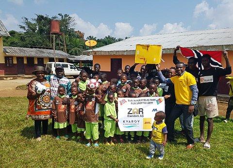Her ser vi Erick Panlap (t.h.) etter å ha delt ut fotballdrakter og annet utstyr til et barnehjem i Douala i Kamerun.