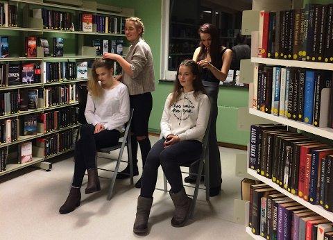 Flettestasjonene var spredt rundt i hele biblioteket.