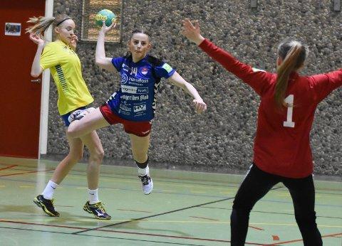 Kampen levde til siste slutt i bringseriekampen mellom J16-lagene til Hønefoss og Fyllingen. Her prøver Emma Gahre seg.