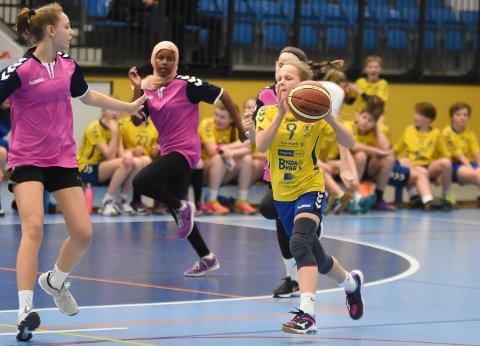 Tyristrand-jentene i gult tok seieren mot Hønefoss.