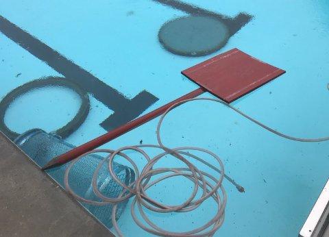 Trist syn: Uvedkommende hadde kastet kumlokk, krakker, søppelbøtter og annet i bassengene på Nebbursvollen natt til 18. mai.