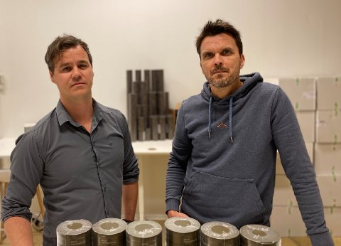 SUKSESS: Første milepæl er nådd, nå håper Adrian Christopher Huer og Morten Iversen Huer å få solgt én million snusbokser i løpet av januar.