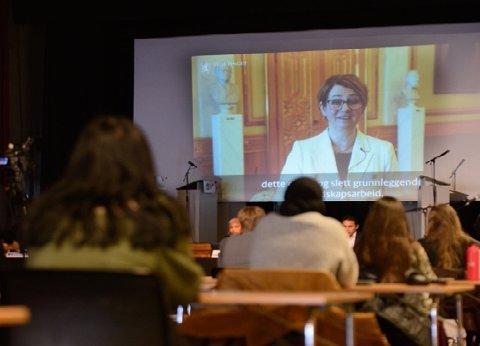 INSPIRERTE: Stortingspresident Tone Wilhelmsen Trøen talte til rollespillet LilleStortinget på Lillestrøm videregående. Det ble i fjor avlyst, men i år ble demokratiundervisningen avholdt hovedsaklig digitalt.