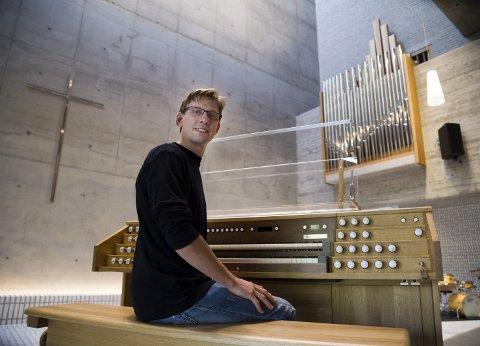 """KORPROSJEKT: Kantor Johan Wallace håper på flere stemmer i koret som skal synge under """"De ni lesinger"""" i Røyken kirke 22. desember. - Vil du være med så ta kontakt, sier han."""