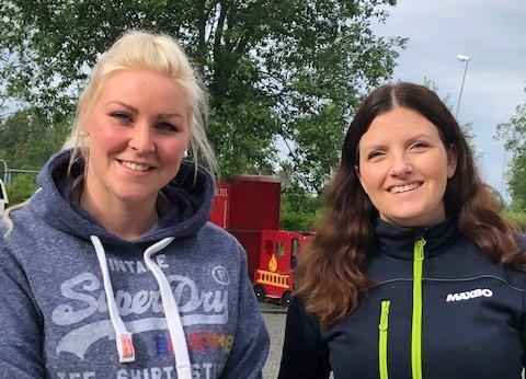 LYKKELIG VINNER: Vinner Caroline Bakken fikk den gode nyheten av varehussjef Astrid Granli i Maxbo Torstvedt.