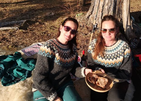 GOD MAT: Iselin og Illona setter gpris på god mat. Skjærtorsdag ble det lam med tilbehør, laget over bålet.