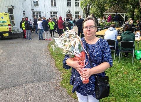 VIKTIG DAG: Vigdis Løbach fortalte om hvordan det er å være pårørende til en rusmisbruker. Det skjedde under markeringen av den internasjonale overdosedagen ved Sandar herredshus. – Denne dagen er viktig for meg, sier Løbach.