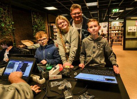 KODER: Kodeklubben på Sandefjord bibliotek lærer barn og unge programmering. Fra venstre: Fabian Broockmann (10), Malin Rove Pettersen (11), leder i klubben Terje Rove Pettersen og Tobias Granerud (10).