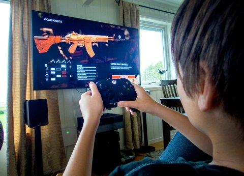 Nesna  20180915. Gutt som spiller Xbox. Modellklarert.  Foto: Gorm Kallestad / NTB scanpix
