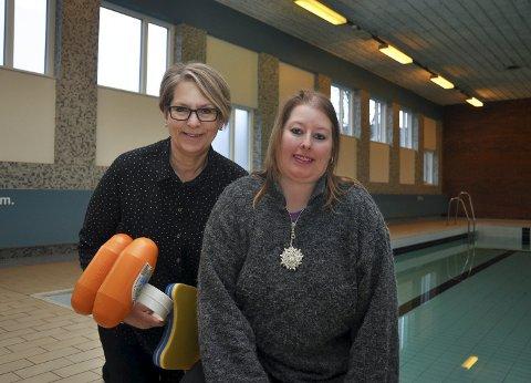 Åpner på Tirsdager: Kultursjef Else Marit Svendsen og badevakt Heidi Heyerdahl ønsker velkommen til familiebad.
