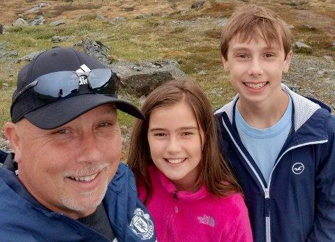 Per Jerving, her med borna Grace (12) og Haakon (14), frå noregsturen deira i sommar. (Foto: Privat)