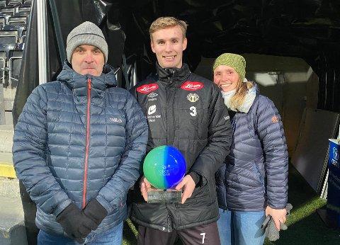 STERKE BAND: Sivert Mannsverk blei kåra til årets spelar i OBOS-ligaen etter søndagens 2–2 kamp mot Åsane. Det er ein pris han deler med foreldra Jan Rune og Anita, som er viktige støttespelarar i kvardagen.