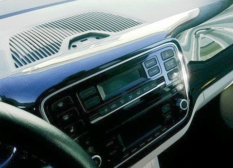 Tyven har tatt med seg en GPS, som var montert øverst på dashbordet og radioen.