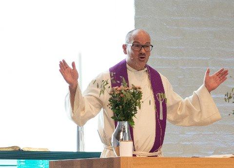 Sokneprest Günther Theiss fikk endelig holde sin første preken foran menigheten sin. Den handlet om tilgivelse.