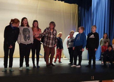6. trinn ved Mære skole har snart premiere på Kule kloder, milde måner. Instruktør Brit Opsal har 42 elever hun instruerer.