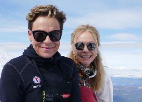 GLEDER SEG: Toppsjef på Gaustatoppen turisthytte Jorunn Karlberg Tveiten, her sammen med Ann Kristine Karlsson møter deg gjerne på turisthytta i vinter.