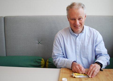 TUBETEKNIKK. Rune Myrmel i Norsk Metallgjenvinning viser hvordan du kan bruke en kniv for å få ut de siste produktrestene fra en aluminiumstube.