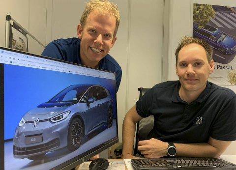 HØYT UT: Hele Volkswagenkonsernet går høyt ut åg spår at ID3. blir en bestselger fra dag en.  Her viser Gregar Høydal og Pål Folserås fram bilen de har enorme forhåpninger til.
