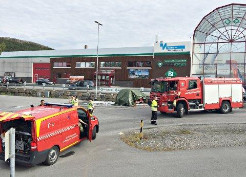 Bilen krasjet inn i muren i krysset mellom Industriveien og Rørgata på Løkkemyra i Kristiansund.
