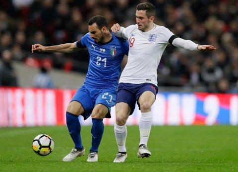 Lewis Cook (til høyre) fikk sin landslagsdebut for England tirsdag kveld. Her i kamp med Italias Davide Zappacosta.