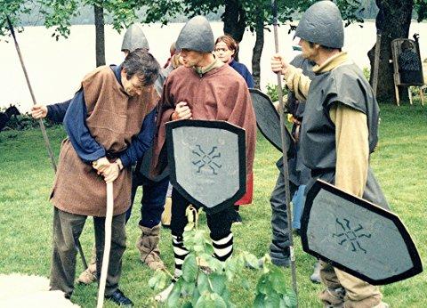 Frå ei av dei 37 Jonsvakene i Åsskard: Sogespelet «Olav – Den Første» ved kristningsjubileet 1995.