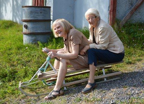 Kjøkendamene Kari Sollid Heitmann (sjåfør) og Elise Settemsdal demonstrerer eit ekte settemsdalsprodukt – om enn på dårleg rattkjelkeføre!