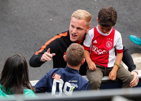 Den nederlandske landslagsspilleren Donny van de Beek er klar for Manchester United. Overgangen blir hyllet av eksperter, som tror midtbanespilleren vil passe godt inn i klubben. Også manager Ole Gunnar Solskjær får skryt for hvordan van de Beek endte opp med å velge Manchester United.