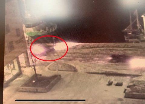 Her kjører bilen inn i strømskapet. Hendelsen skjedde rundt klokken 01.35, ifølge Bjørnar Eresvik.