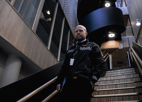 GOD PÅSKE: Sjef for påtaleseksjonen i Sør-Øst politidistrikt Kjell Johan Abrahamsen har et enkelt budskap for at alle skal få en god påske: – Nyt været, og oppfør deg som folk!