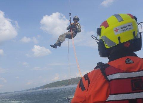 ØVELSE: Røde Kors og Sea King-helikopteret hadde øvelse mellom Veierland og Langøya.