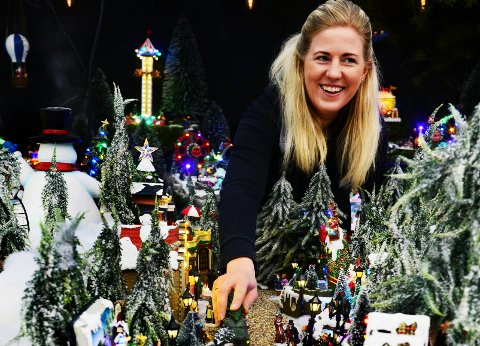NØYE PLANLAGT: Ingenting er tilfeldig når Randi Therese Trevland går i gang med juleutstillingen på Hageland Gjennestad. Hun har alltid flere ideer og historier å jobbe etter, og alt er planlagt helt ned på detaljnivå.