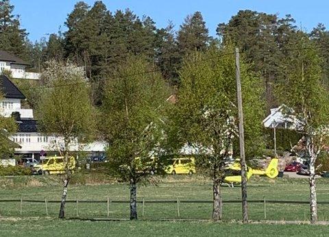 FULLT AV AMBULANSER: Dette bildet viser tre ambulanser og ett helikopter langs Brunstadveien onsdag formiddag.