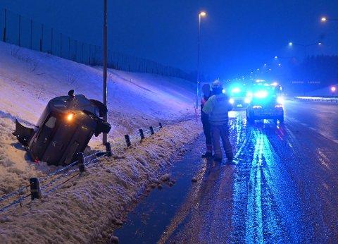 En bil havnet på siden etter å ha kjørt ut på E18 ved Bergsengakrysset i Sande torsdag morgen.