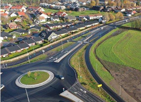 GRAVEARBEID: Fylkeskommunen vil i en ukes tid grave ved sykkelveien øst for Presterødkrysset. Det omfattede området er markert.
