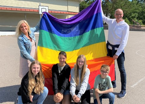STOLTE: Rektor og ordfører med stolte elever fra Torød skole. F.v Angelika, Angelina, Kaia og Nikolai.