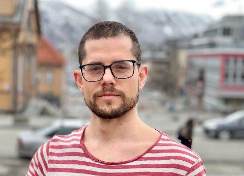 SJOKK: Luis Lopes (31) i Tromsø fikk en overraskende regning på 41.400 kroner fra NAV etter at han var permittert i fjor. Nå spør han om rettferdigheten i at bedriftseierne får koronastøtte, mens de ansatte som ble koronapermitterte får regningen.