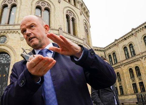 NHOs administrerende direktør Ole Erik Almlid ønsker tett samarbeid med den kommende regjeringen. Han vil ikke ta stilling til om en flertallsregjering eller mindretallsregjering er best, men innrømmer at han syns det er greit at MDG og Rødt ikke får vippemakt i det nye Stortinget.
