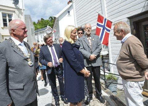 Kongelig besøk: Kronprinsesse Mette-Marit besøkte Bokbyen i juni i år. her er hun i prat med Helge Baardseth, innehaver av Bokby-antikvariatet Locus Bocus.arkivfoto