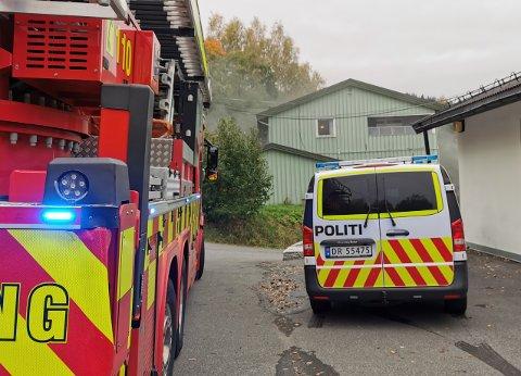 Det kom til tider kraftig og sort røyk fra brannen i garasjen. Foto: Frederik Samuelsen