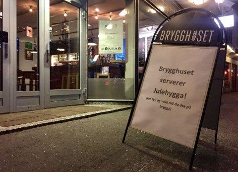 SKILT: Verken politiet eller utestedene på brygga er enig i reklameskiltet til Brygghuset, som hevder det er fyll og vold på brygga.